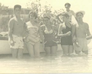 A Beach in Cuba. From left to Right: Pocholo, Manuela, Carmen Permuy. La playa en Cuba.